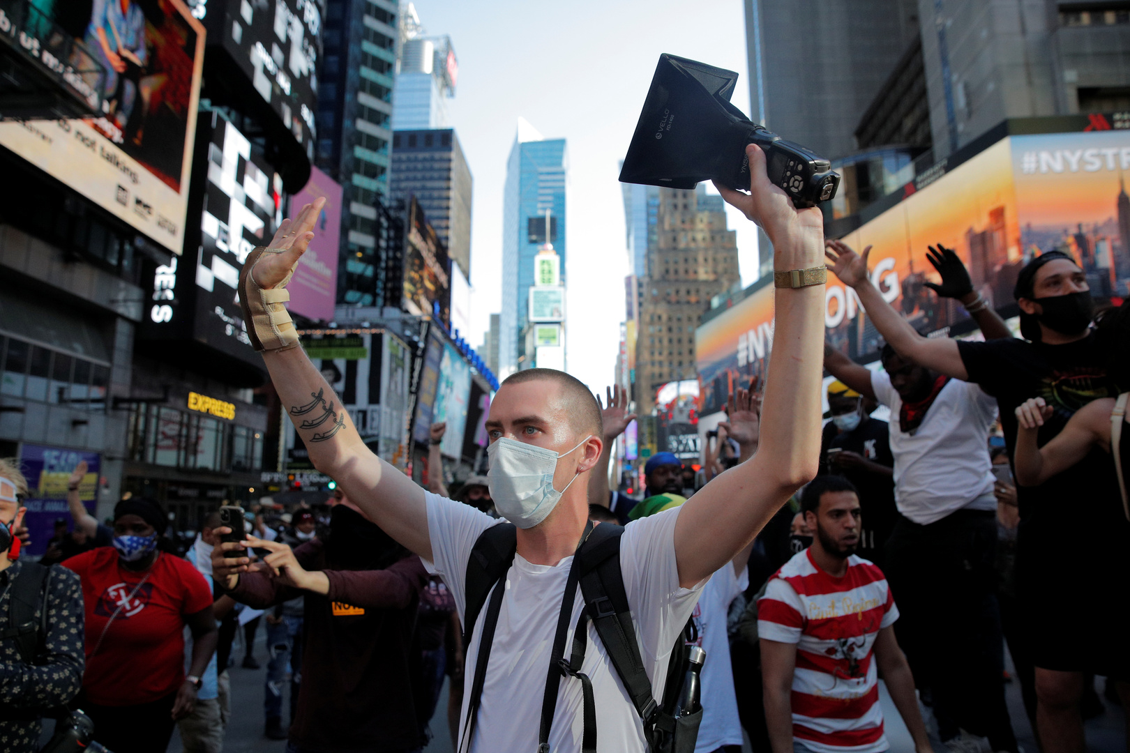 مظاهرة في نيويورك، مساء 30 مايو، بعد مقتل الأمريكي من أصول إفريقية، جورج فلويد، على يد عناصر شرطة في مينيابوليس.