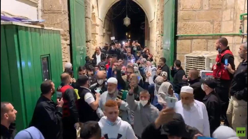 المصلون يدخلون المسجد الأقصى