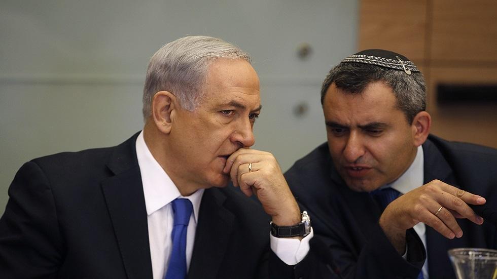 رئيس الوزراء الأسرائيلي بنيامين نتنياهو يستمع إلى زئيف إلكين، وزير التعليم العالي وموارد المياه في الحكومة الحالية (صورة أرشيفية)