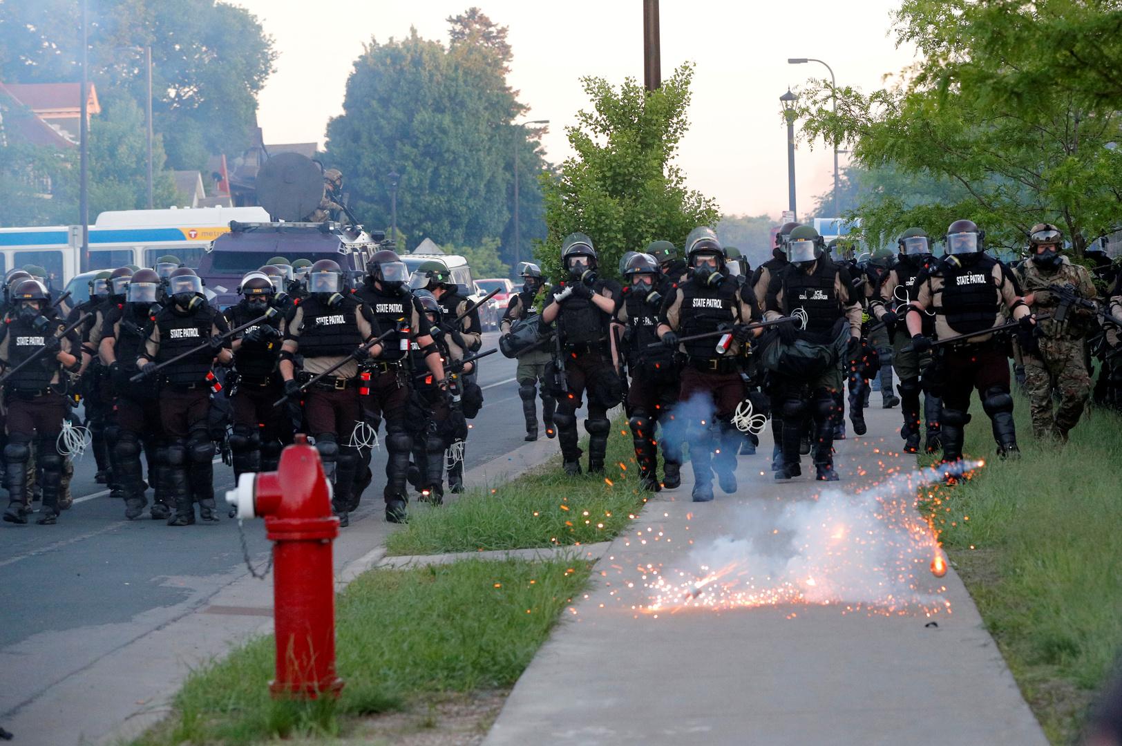 وحدات من الشرطة الأمريكية في مدينة مينيابوليس تنتشر لردع الاحتجاجات التي أشعلها مقتل المواطن من أصول إفريقية، جورج فلويد.
