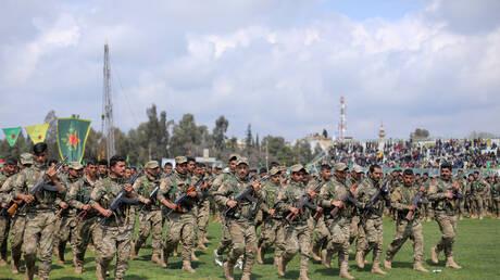 """عناصر من """"وحدات حماية الشعب"""" الكردية في القامشلي."""