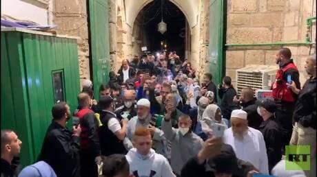 المصلون يدخلون المسجد الأقصى (فيديو)
