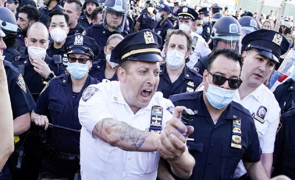 الشرطة الأمريكية تخلي محيط البيت الأبيض من المتظاهرين باستخدام القوة