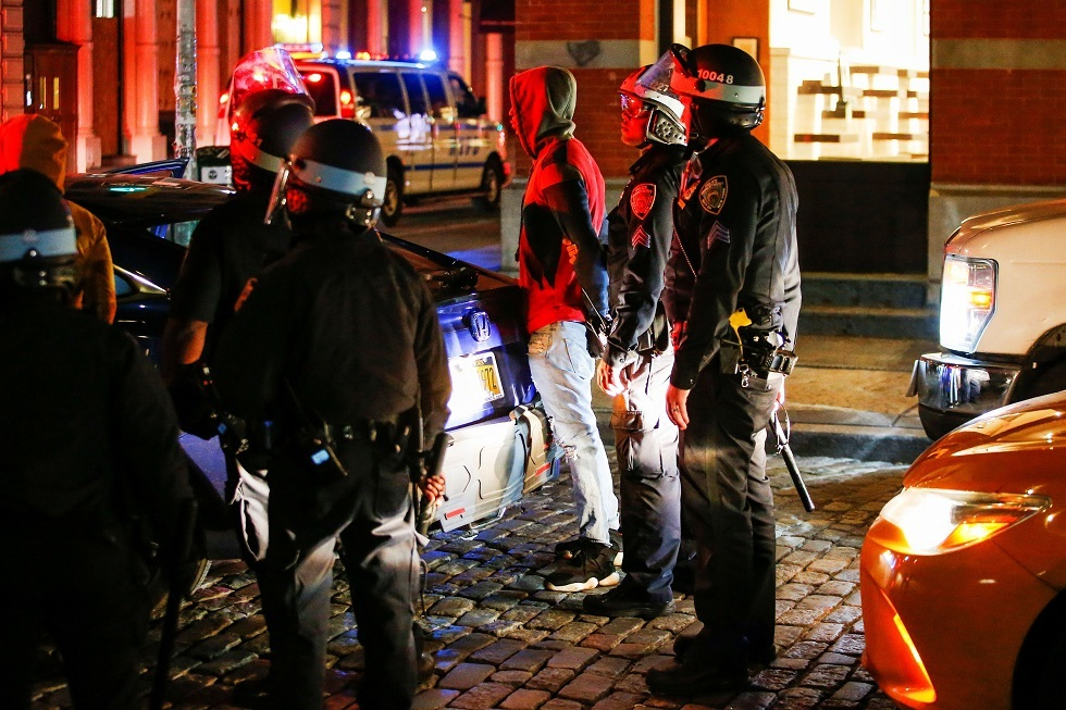 شرطة نيويورك تحقق في حادث إشهار شرطي مسدسه على محتجين