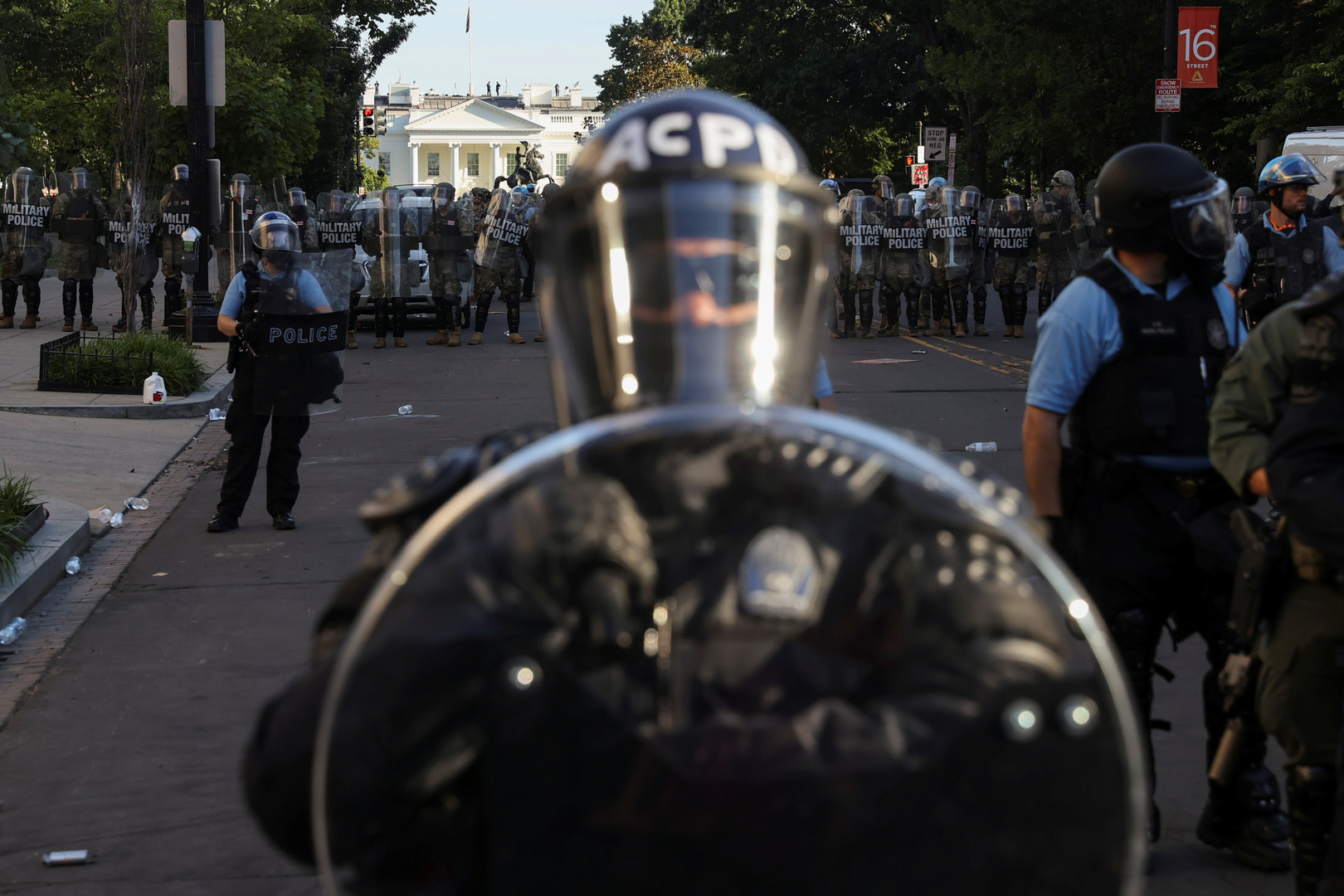 أصوات إطلاق قنابل غاز قرب أسوار البيت الأبيض حيث يلقي الرئيس ترامب كلمته