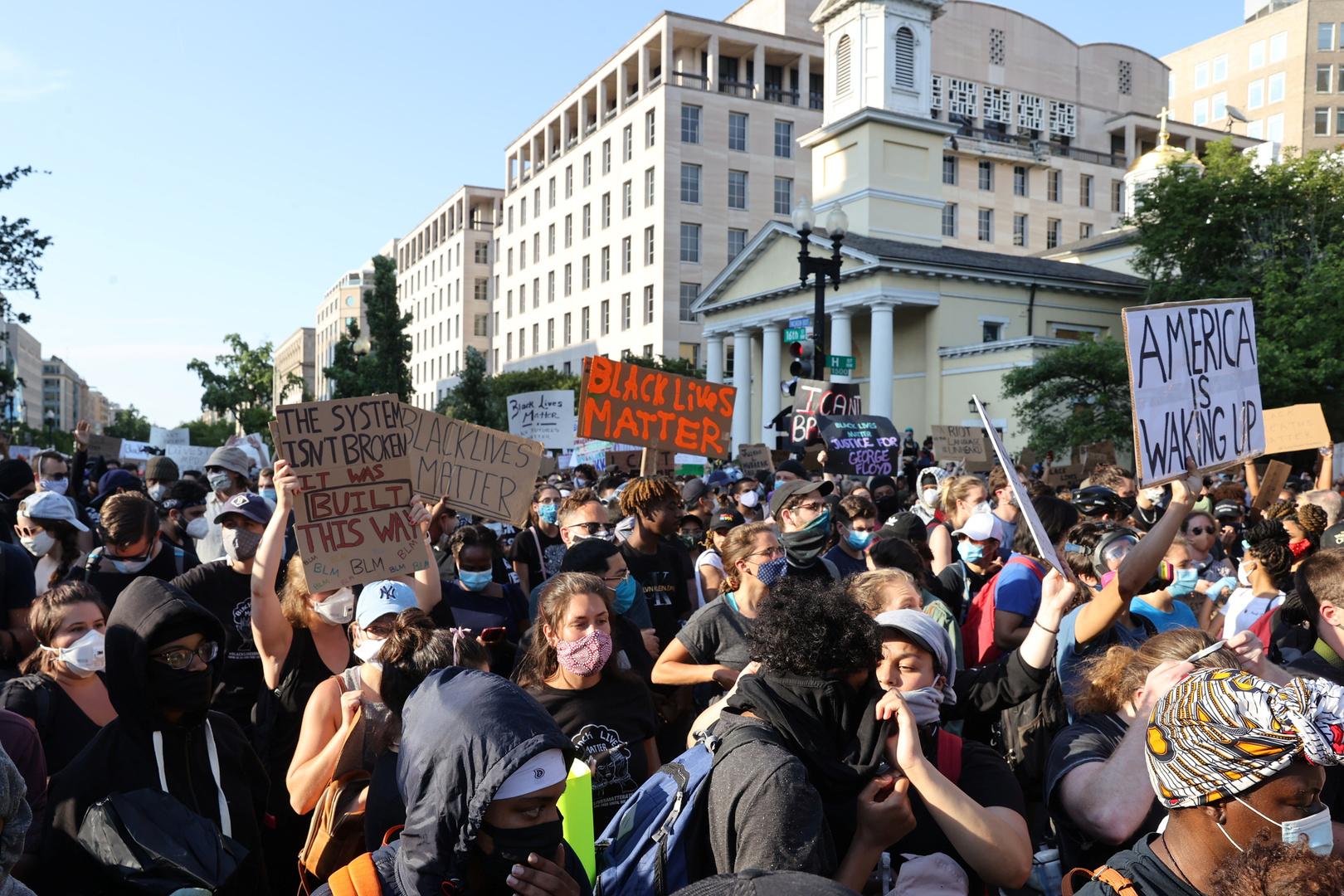 متظاهرون قرب البيت الأبيض مساء 2 يونيو.