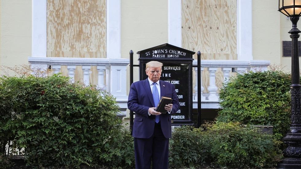 الرئيس  الأمريكي دونالد ترامب يحمل الأنجيل أمام كنيسة قريبة من البيت الأبيض 2/06/2020