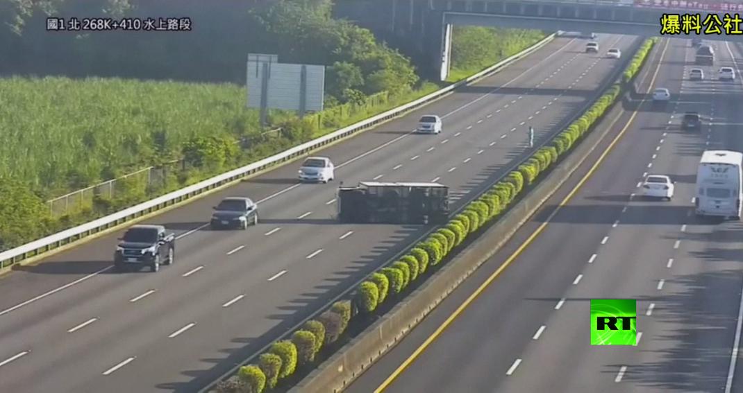 كاميرات تسجل لحظة اصطدام سيارة تيسلا بشاحنة منقلبة
