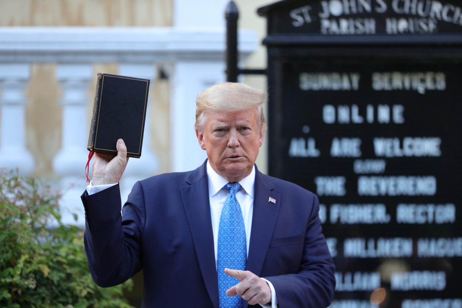 الرئيس الأمريكي، دونالد ترامب، يمسك الكتاب المقدس أمام كنيسة القديس يوحنا الأسقفية قرب البيت الأبيض (واشنطن، 1 يونيو 2020).