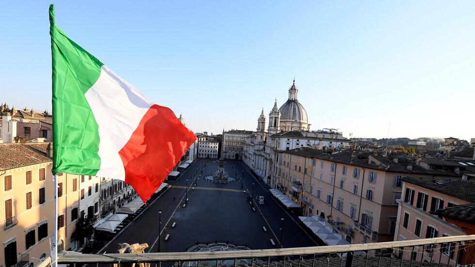 علم إيطاليا على خلفية مبان في العاصمة روما.