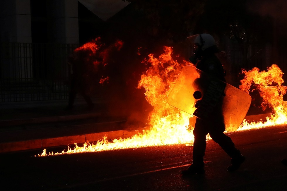 اليونان.. متظاهرون زجاجات قنابل حارقة باتجاه السفارة الأمريكية في أثينا (فيديو)