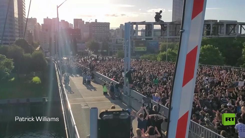 عشرات الآلاف من المحتجين يحاصرون جسرا في بورتلاند
