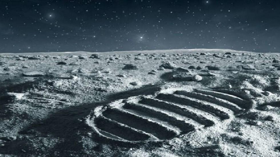 تعرف على أغرب الأشياء التي أخذها رواد الفضاء إلى القمر