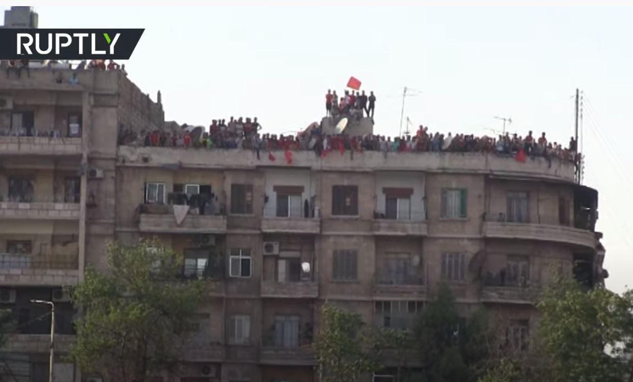 مشجعون يشاهدون مباراة الدوري السوري من أسطح المنازل