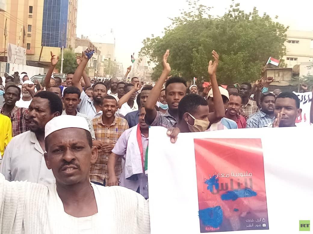 أنصار البشير يتظاهرون في الخرطوم مطالبين بإسقاط الحكومة (صور)