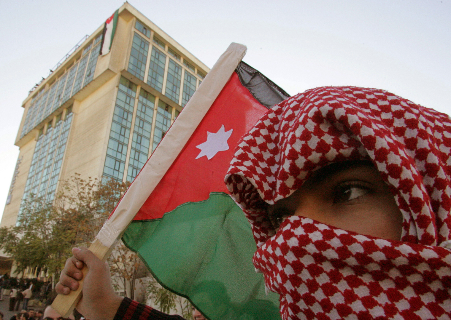 شاب أردني يحمل علم بلاده، تعبيرية