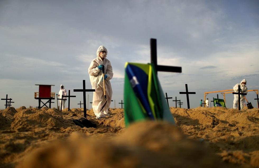 البرازيل.. محتجون غاضبون يحفرون 100 قبر على شاطئ ريو دي جانيرو