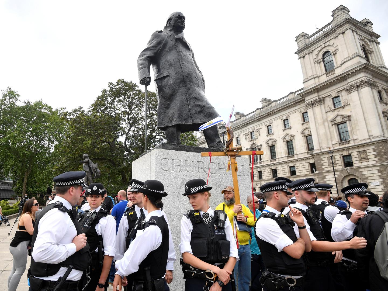 جونسون يندد بالاعتداء على تمثال تشرشل