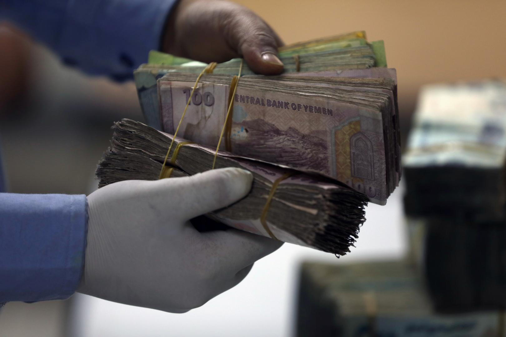الانتقالي الجنوبي يسلم حاويات النقود للتحالف العربي في عدن