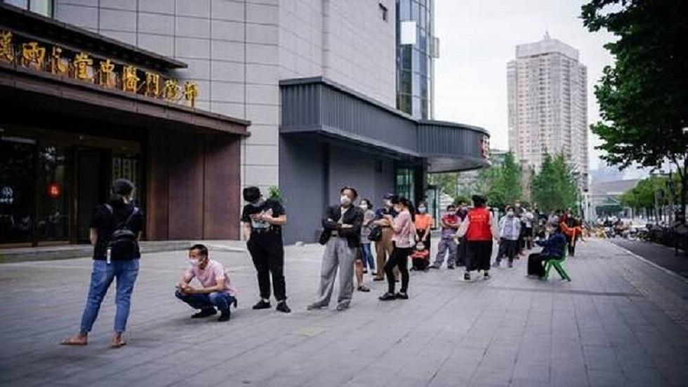 بكين تشدد قيود كورونا بعد إصابة العشرات بسوق للمواد الغذائية