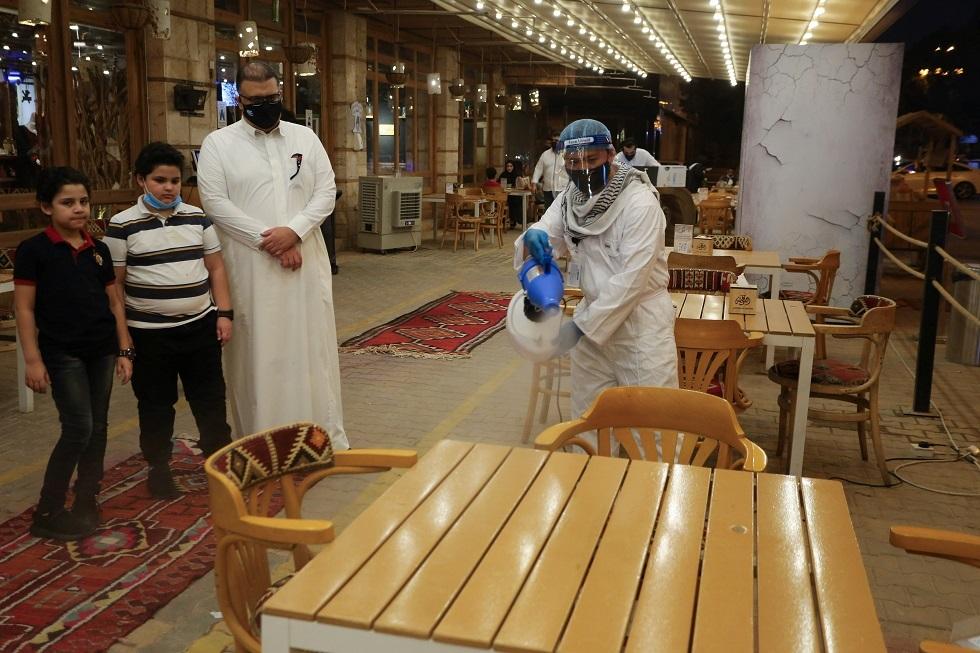 مطعم سعودي يتبع إجراءات صحية صارمة مع عودة الزبائن