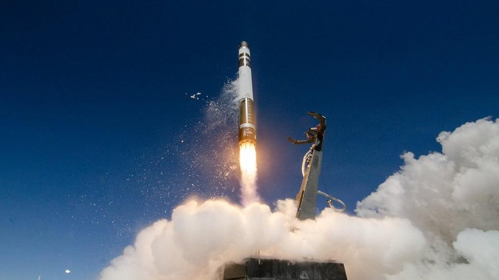 صاروخ النقل إليكترون ينطلق إلى الفضاء حاملا أقمارا صناعية