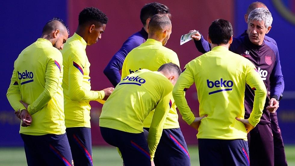 شاهد.. مدرب برشلونة يبهر لاعبيه بهدف عالمي