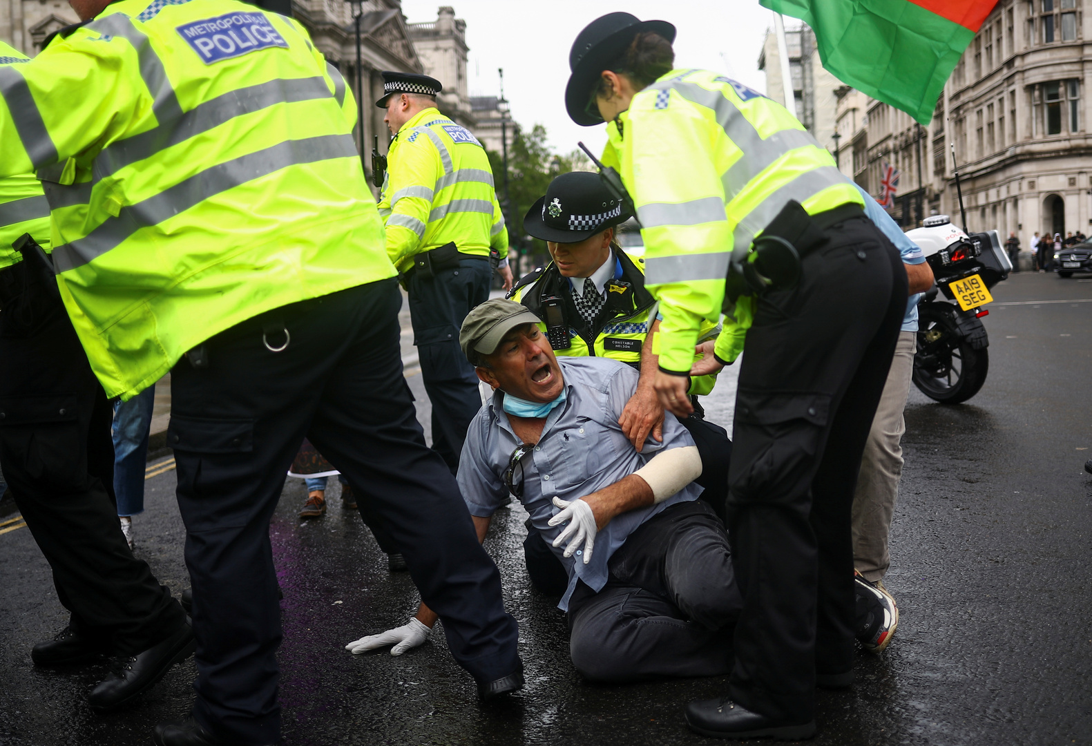 جونسون يتعرض لحادث سير أمام البرلمان البريطاني (بالصور)