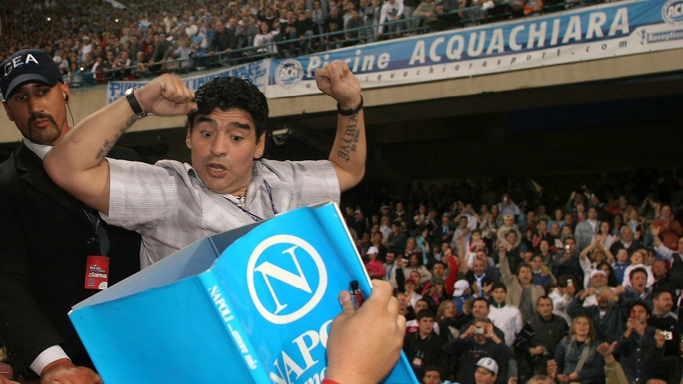 مارادونا يحتفل على طريقته بتتويج نابولي أمام يوفنتوس (صورة)