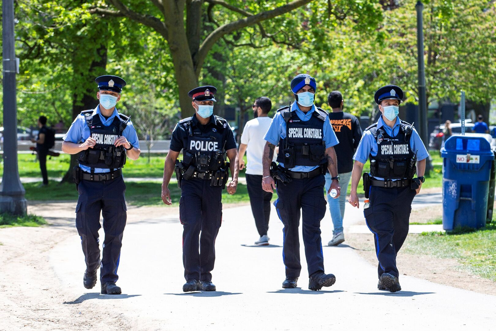 كندا.. مجهولون يدنسون تمثالا لترودو الأب