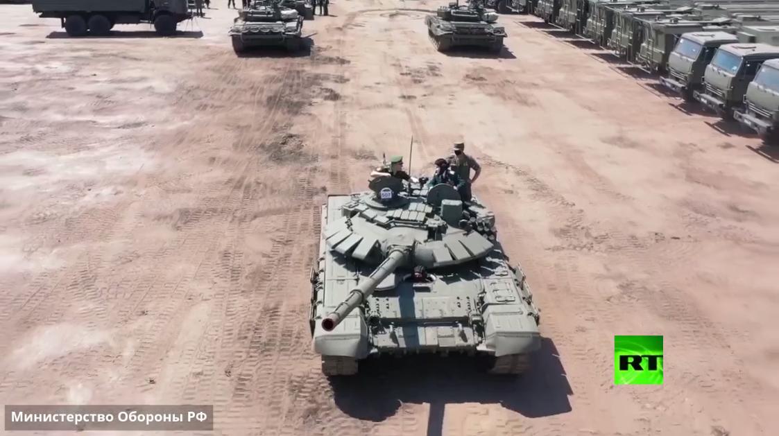 محارب قديم يقود دبابة في بروفة الاستعراض العسكري بمناسبة النصر على النازية