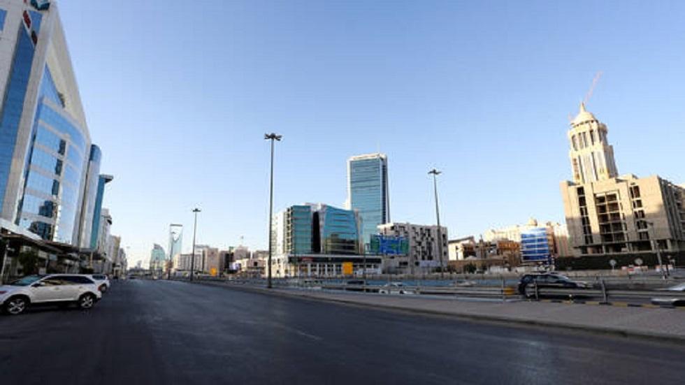 شارع خال من المواطنين في الرياض بسبب إجراءات مكافحة كورونا