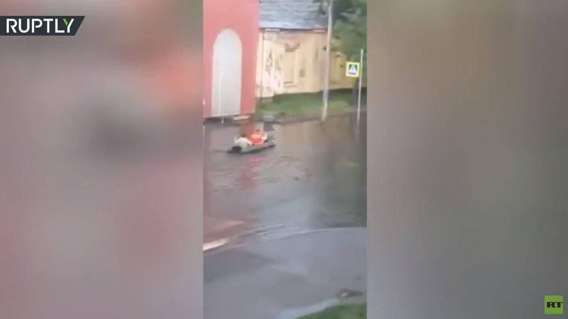 بسبب الأمطار الغزيرة.. ظهور قارب على طريق للسيارات في ضواحي بطرسبورغ