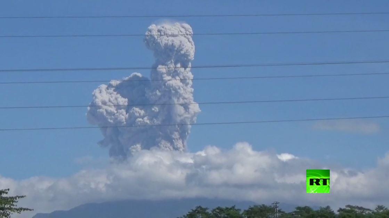 بالفيديو.. ثوران بركان في إندونيسيا