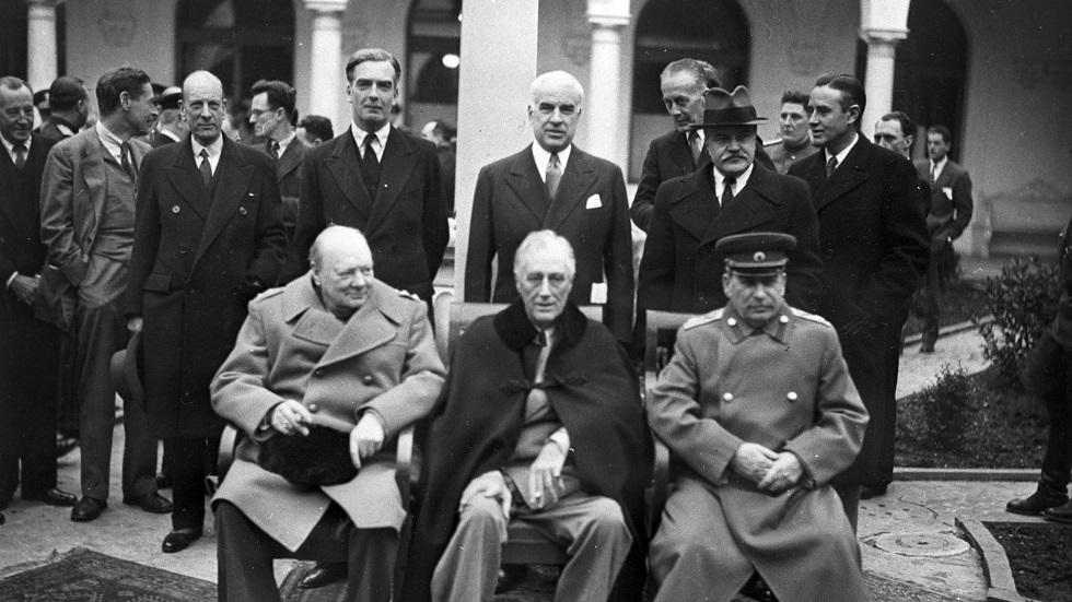 الجالسون (من اليمين إلى اليسار): جوزيف ستالين، فرانكلين روزفلت، ونستون تشرشل الواقفون (من اليمين إلى اليسار): وزراء الخارجية فياتيسلاف مولوتوف، إدوارد ستيتينيوس، أنتوني إيدن مؤتمر يالطا (شبه جزيرة القرم) لدول الحلفاء (4-11 فبراير 1945)