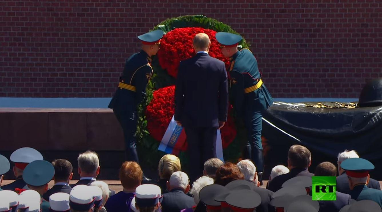 بوتين يرحب بالمحاربين القدامى ويضع أكليلا من الزهور عند ضريح الجندي المجهول