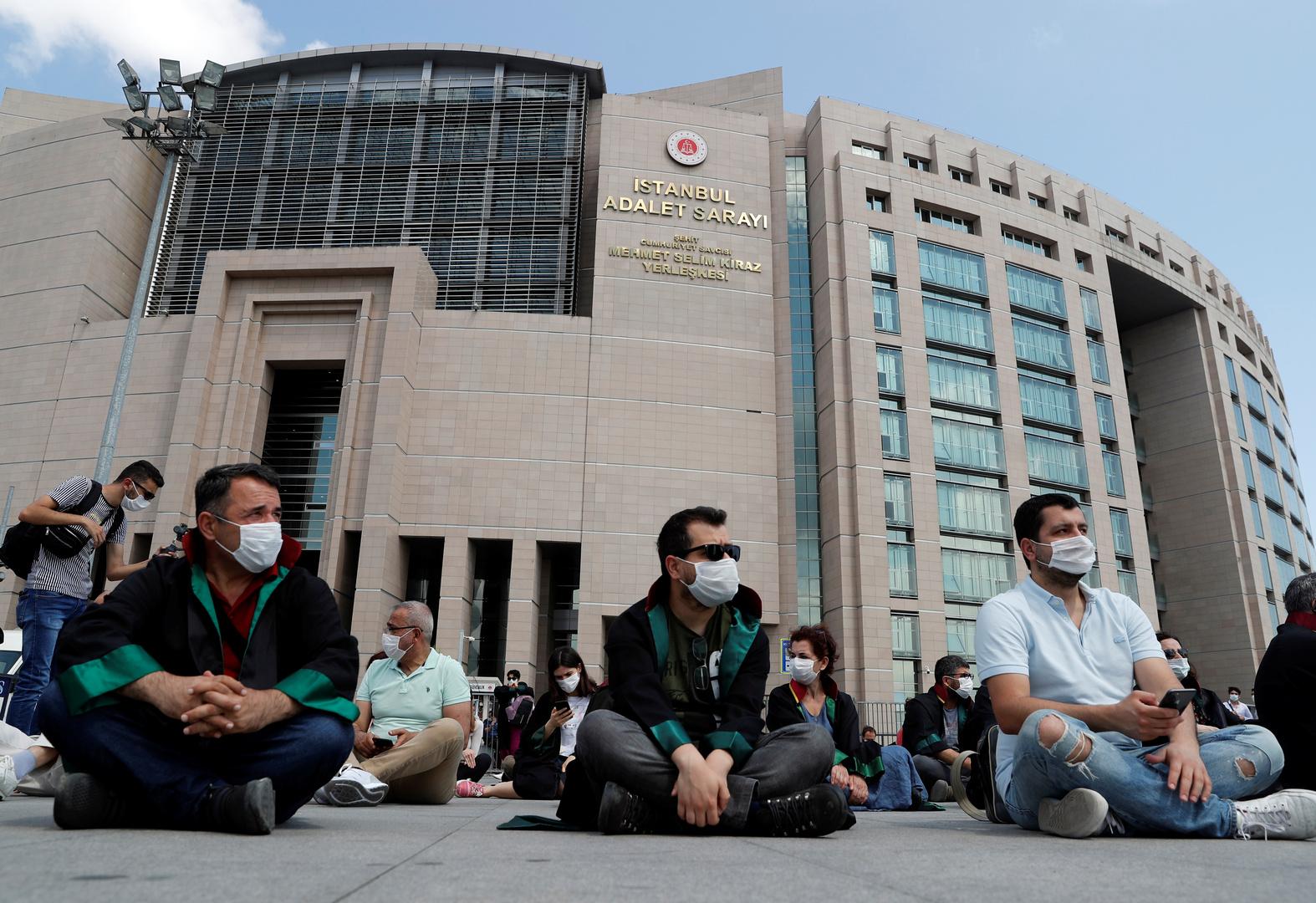 الشرطة التركية توقف مسيرة محامين يحتجون على مشروع قانون نقابي