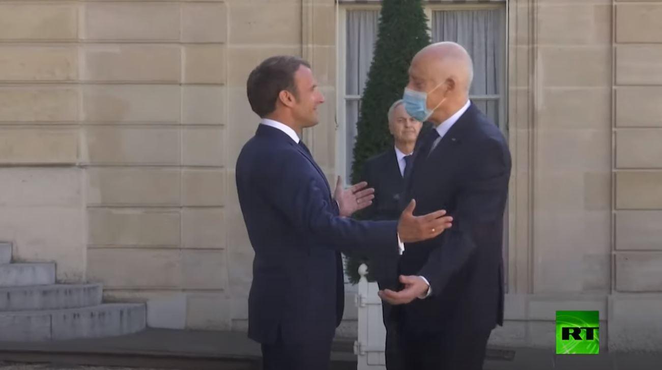 شاهد كيف يستقبل الرئيس الفرنسي نظيره التونسي في زمن كورونا