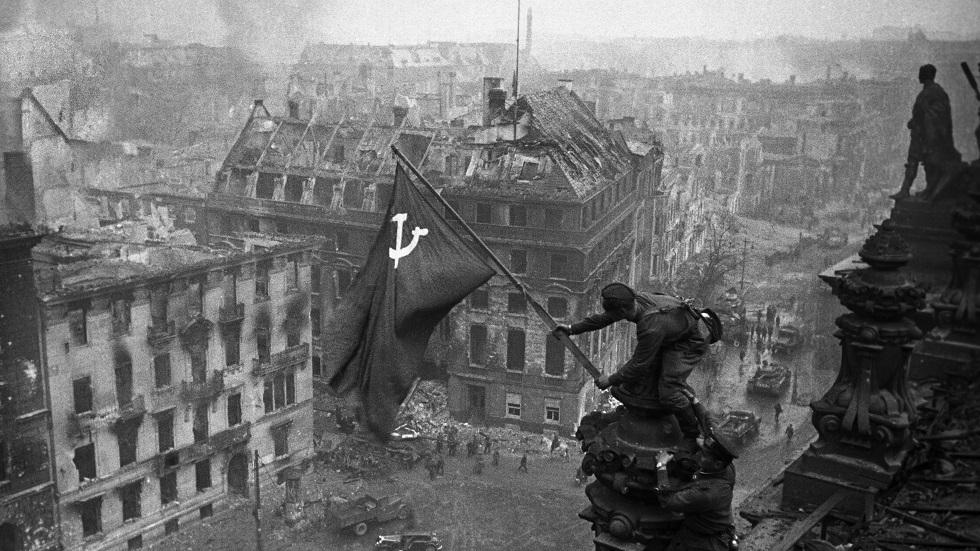 لحظة رفع علم الاتحاد السوفيتي على مبنى الرايستاغ في برلين 2 مايو 1945