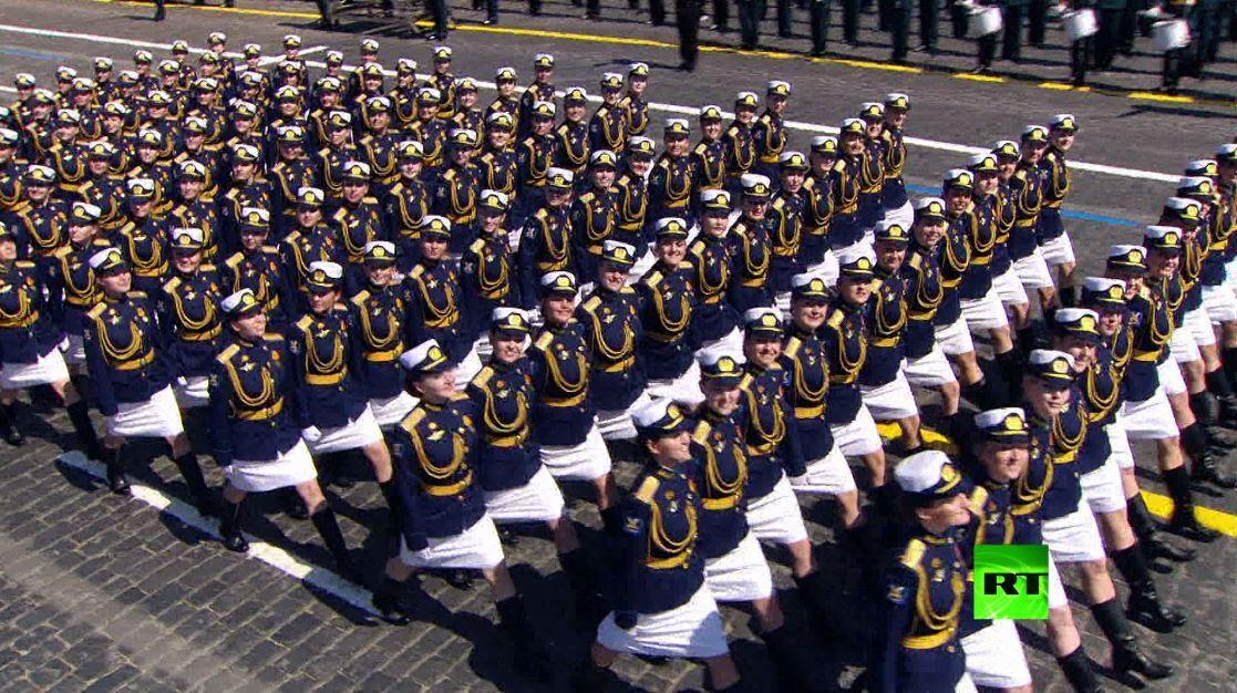العسكريات تشاركن في الاستعراض بمناسبة الذكرى الـ75 للنصر على النازية
