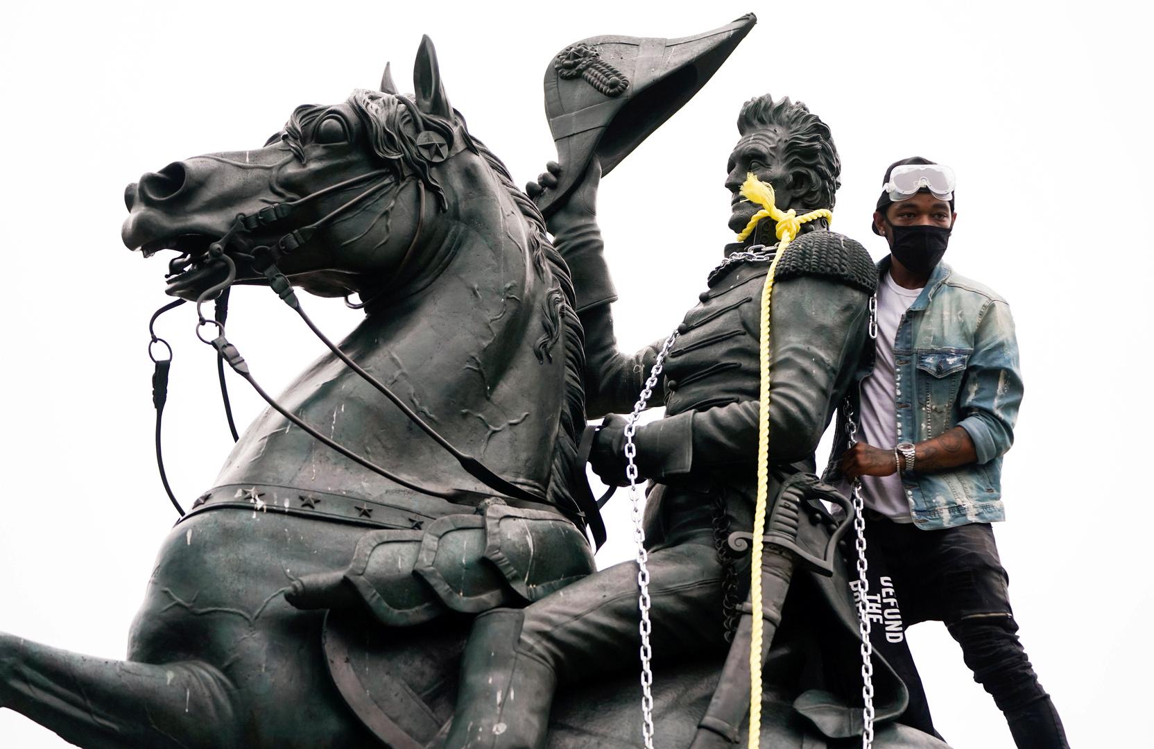 متظاهر يحاول الإطاحة بتمثال الرئيس الأمريكي السابق أندرو جاكسون أمام البيت الأبيض - واشنطن