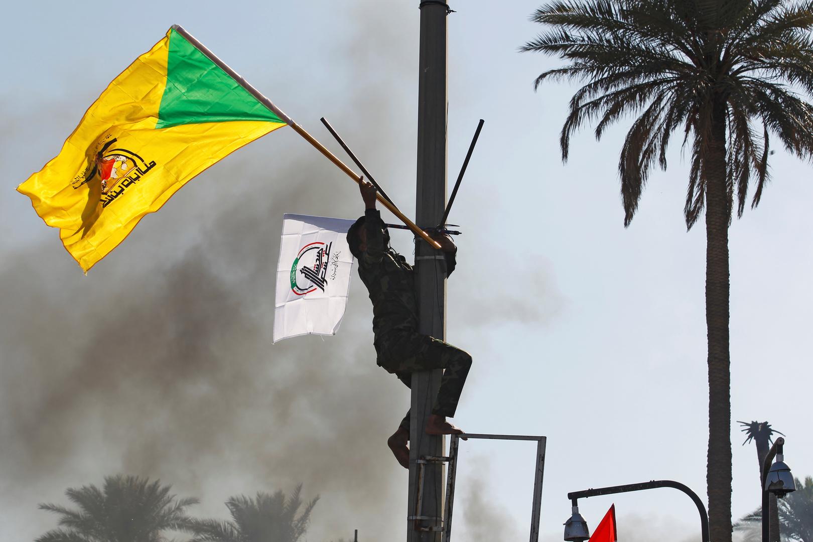 راية حزب الله العراقي خلال أحداث السفارة الأمريكية في بغداد، يناير 2019