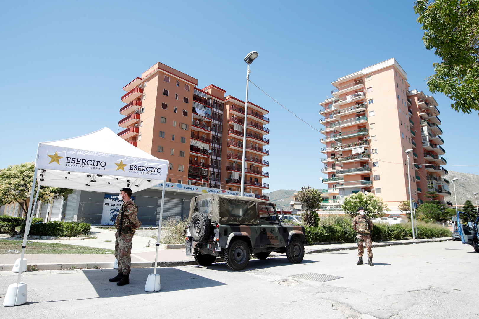 عنصران من الجيش الإيطالي في بلدة موندراغوني.