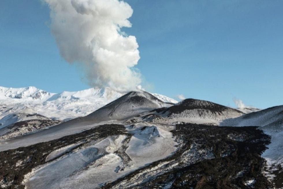 بركان إيبيكو في شرق روسيا يطلق عمود رماد.