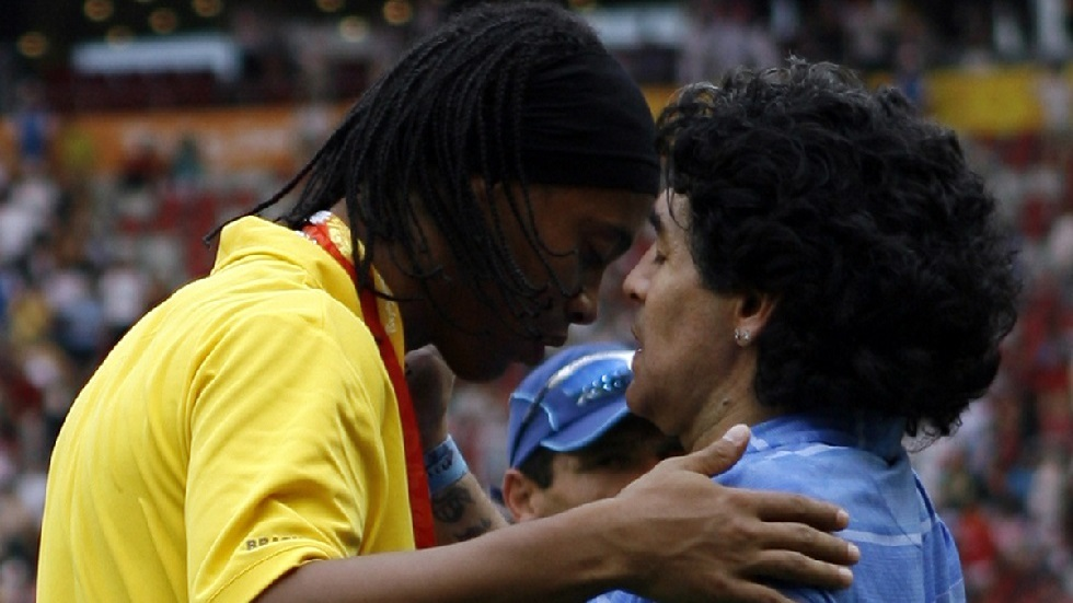 رونالدينيو في طريقه للانضمام لفريق مارادونا