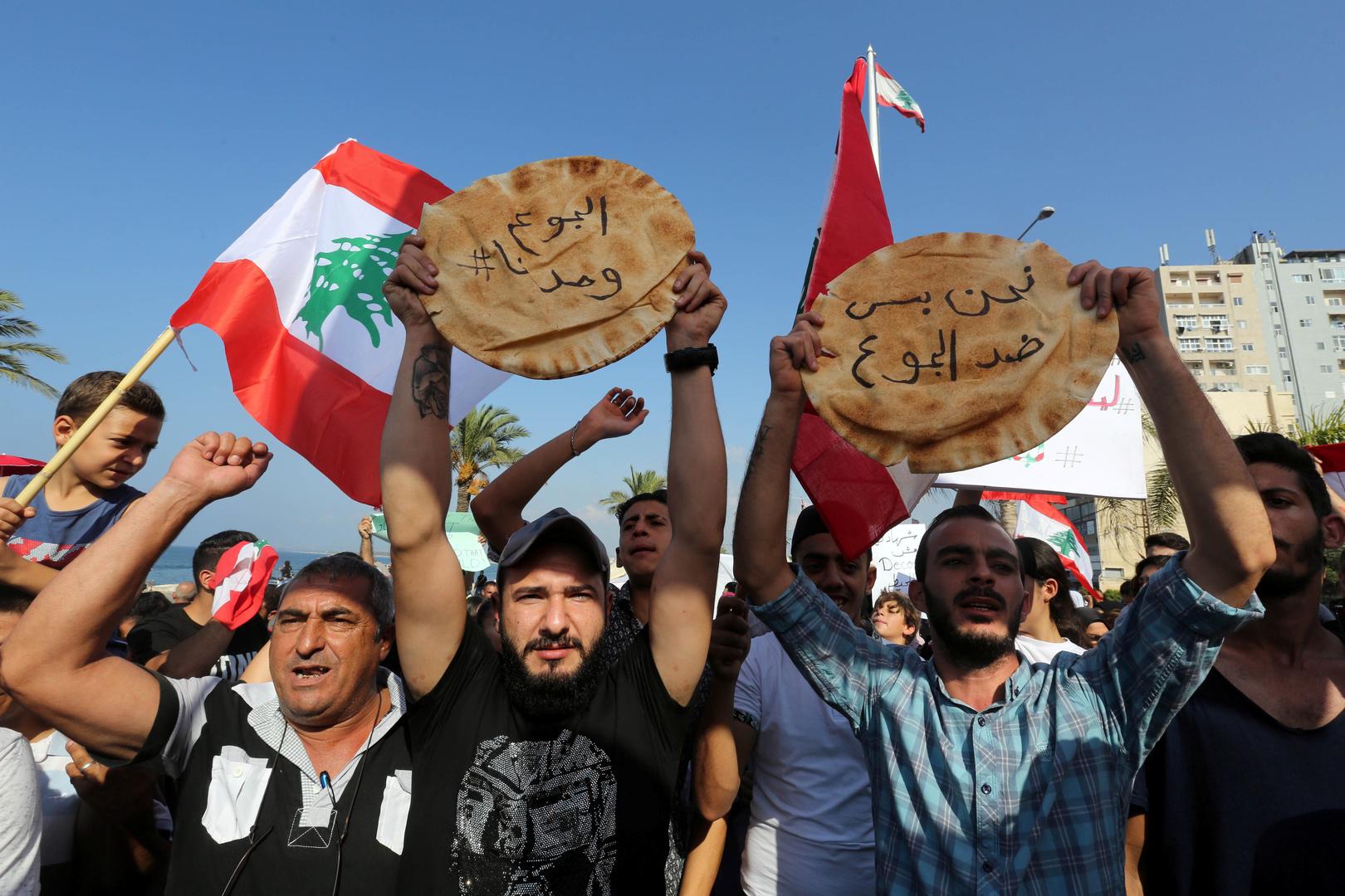 اللبنانيون يقفون في طوابير للحصول على