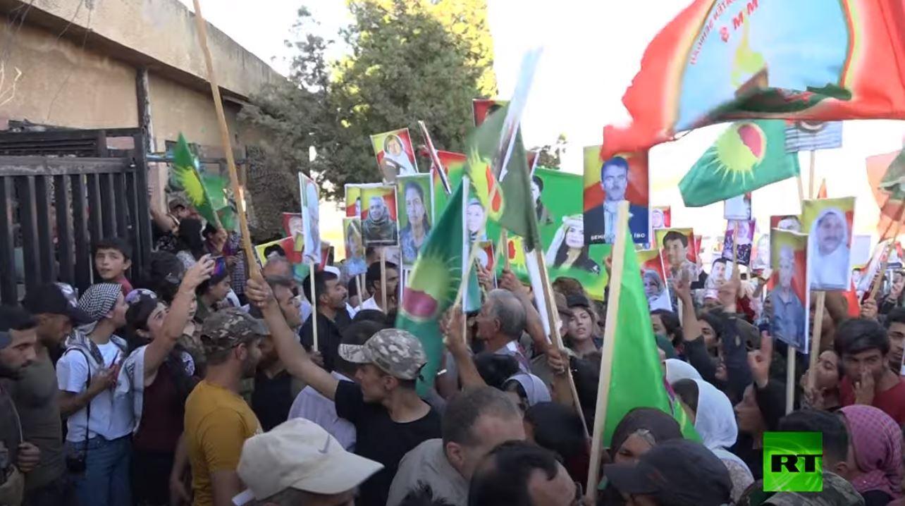 المئات يتظاهرون أمام قاعدة روسية ضد الغارات الجوية التركية