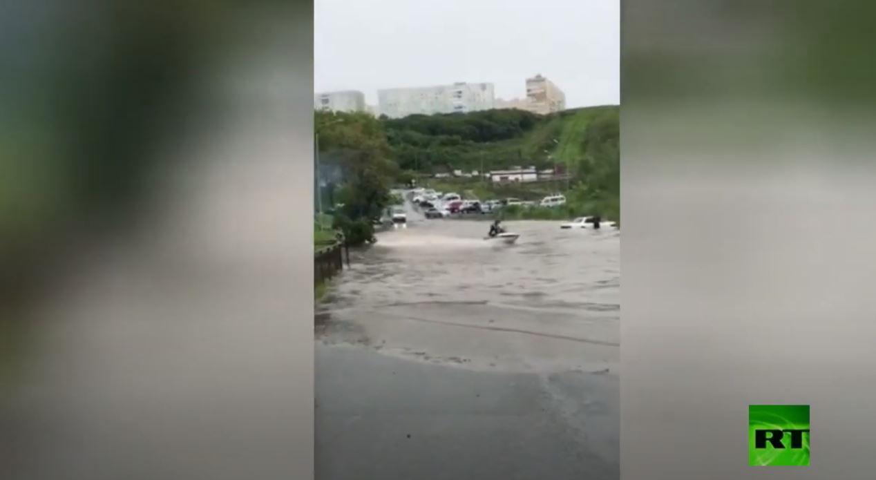 شاهد.. روسي يركب الدراجة المائية على شوارع مغمورة