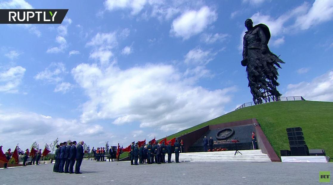 بالفيديو.. بوتين ولوكاشينكو يفتتحان نصبا تذكاريا لجندي سوفيتي