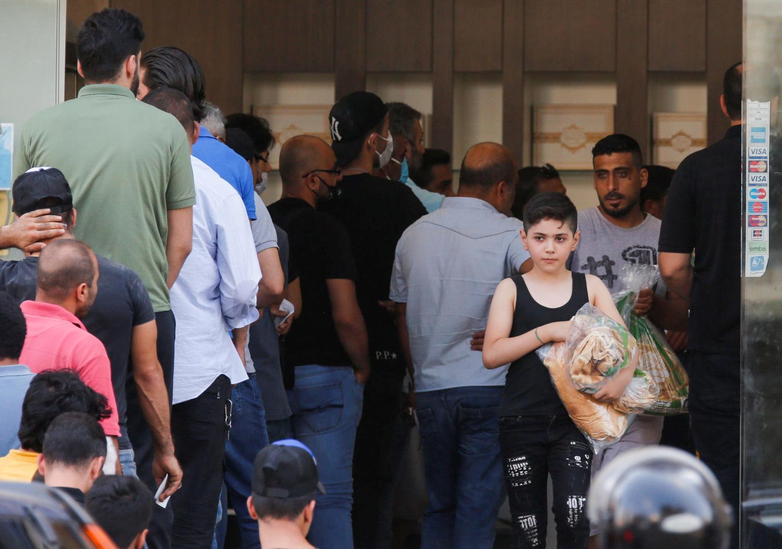 على خلفية انهيار الليرة.. حكومة لبنان ترفع سعر الخبز